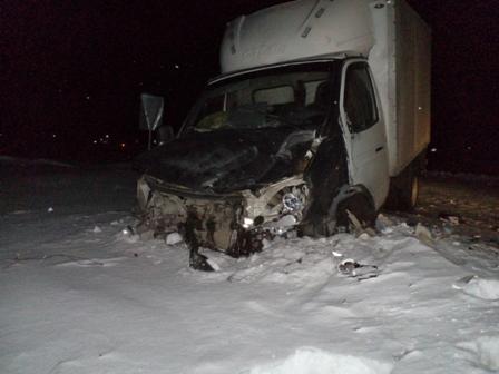 В Серовском районе легковушка на скорости влетела в фургон