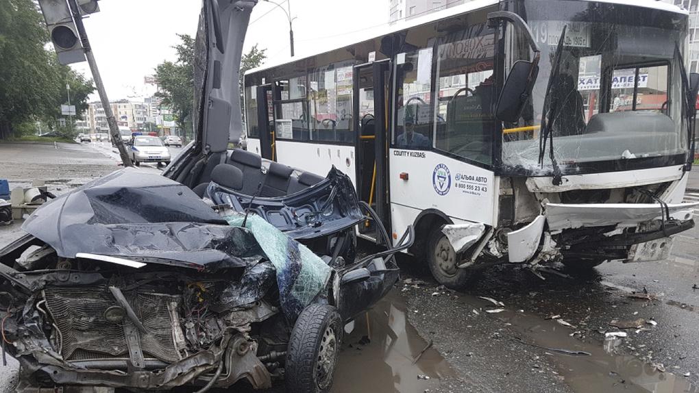 ВЕкатеринбурге иностранная машина назимней резине влетела вавтобус: есть пострадавшие