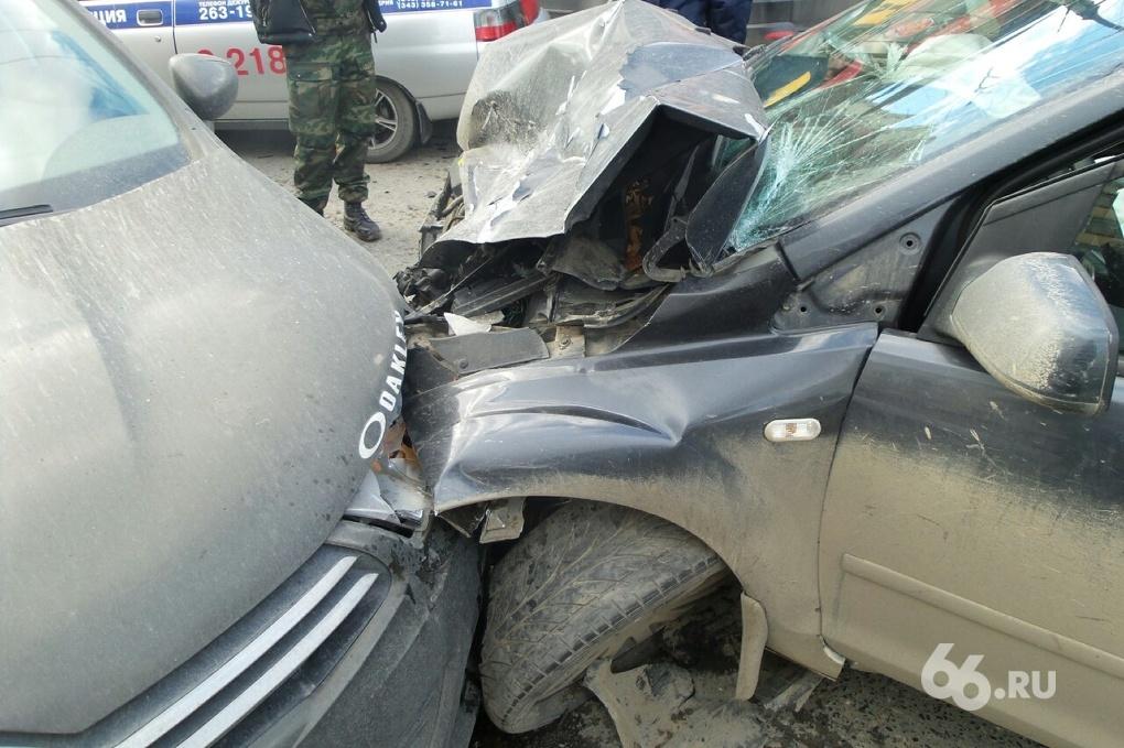 На Белинского в аварию угодили две легковушки, инкассаторская машина и троллейбус