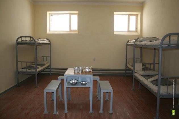 Суд оштрафовал невьянского тюремщика, переносившего зэкам телефоны