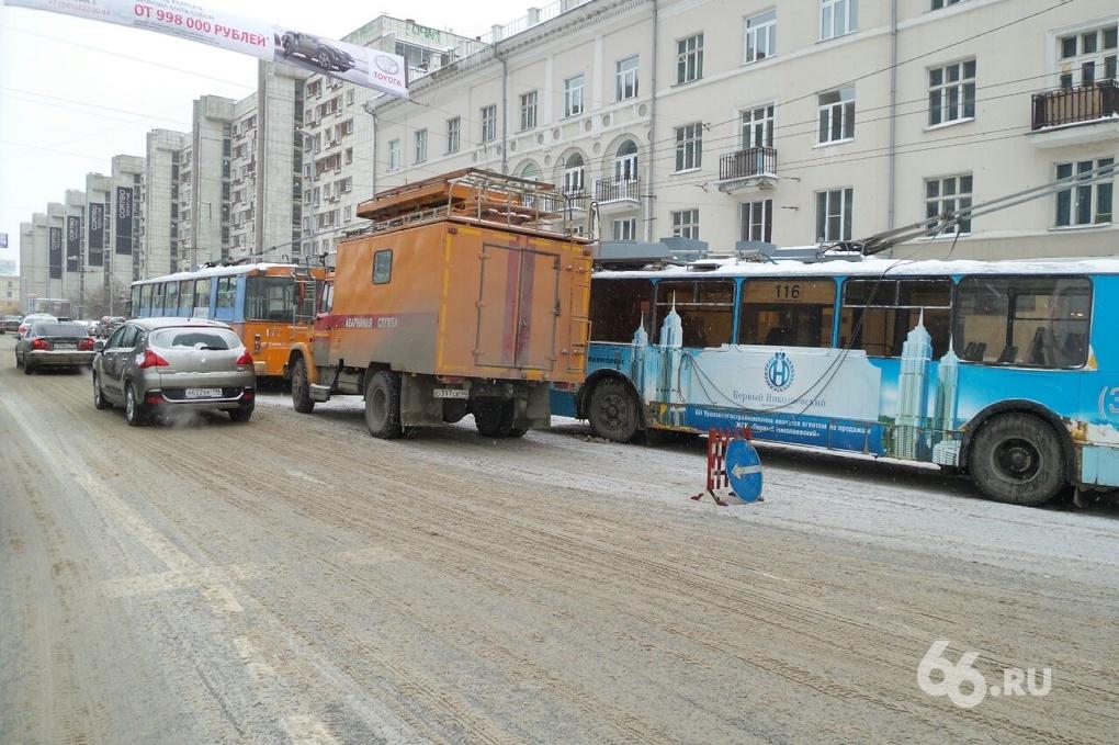 Автохамы заблокировали движение троллейбусов в центре Екатеринбурга