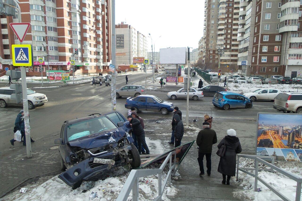 Две «Хонды» не поделили дорогу около «Ботаника Молла», одну из машин вынесло на тротуар