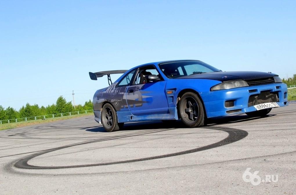 Легко ли быть боком? Пробуем себя на дрифт-снаряде Nissan Skyline R33 GT-R
