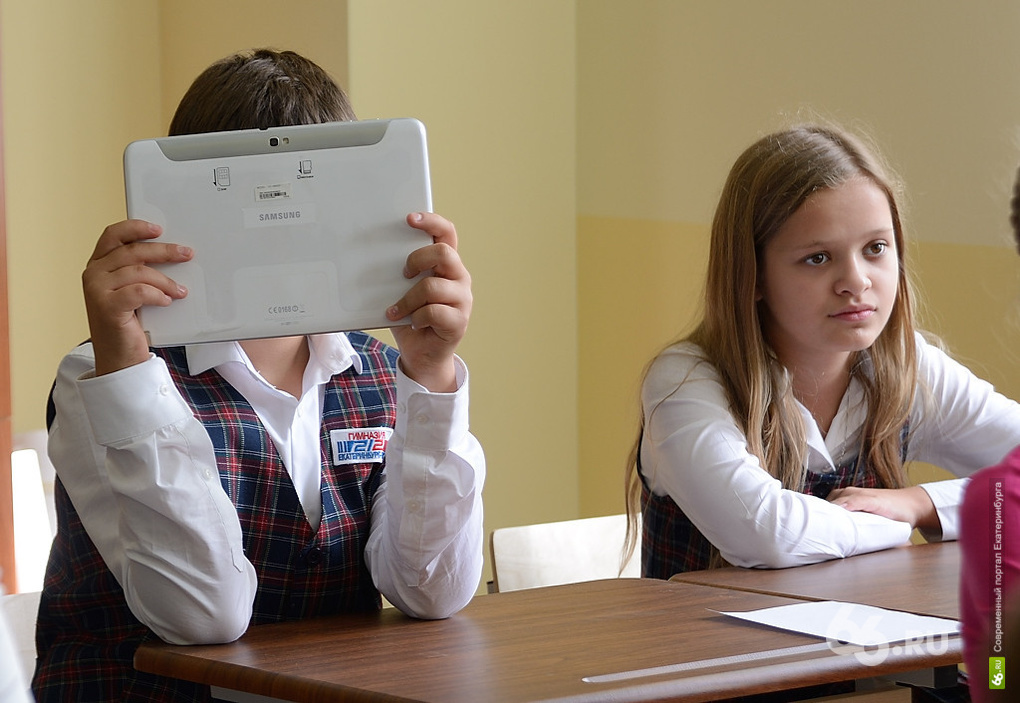 Планшет, мобильный и Macbook: как родители упаковали гаджетами школьников