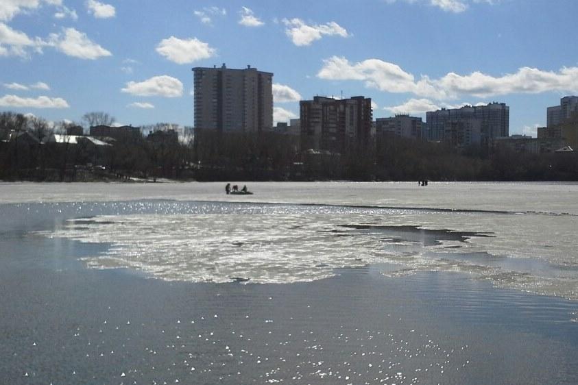 На Городском пруду спасатели сняли с льдины рыбаков