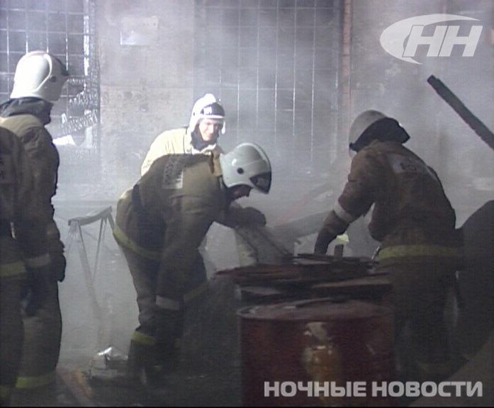 В Екатеринбурге горит столярная мастерская