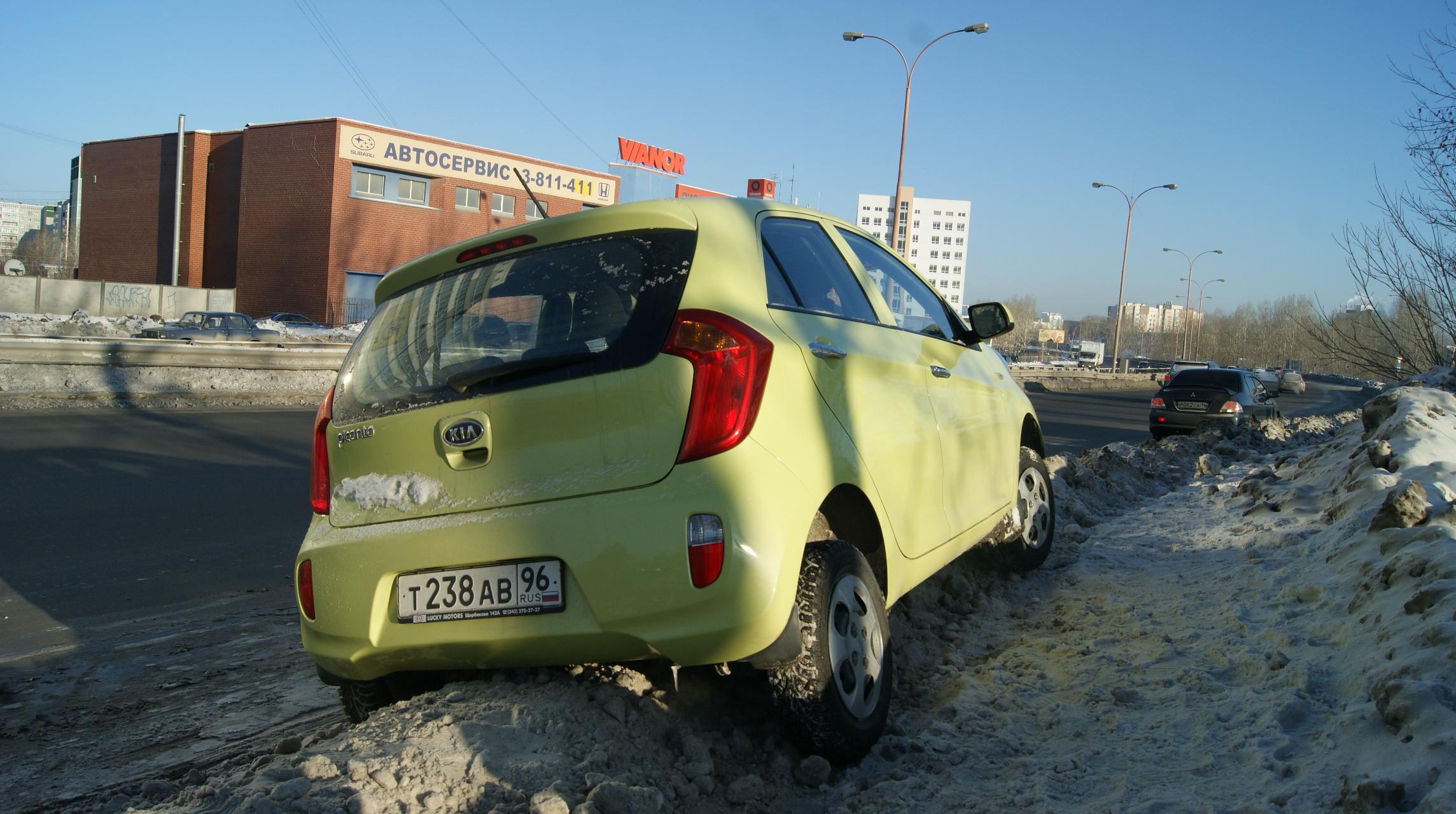 В Екатеринбурге на объездной дороге Kia улетела в сугроб