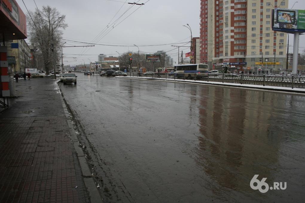 Асфальт «по-зимнему»: дороги Екатеринбурга ремонтируют под снегом