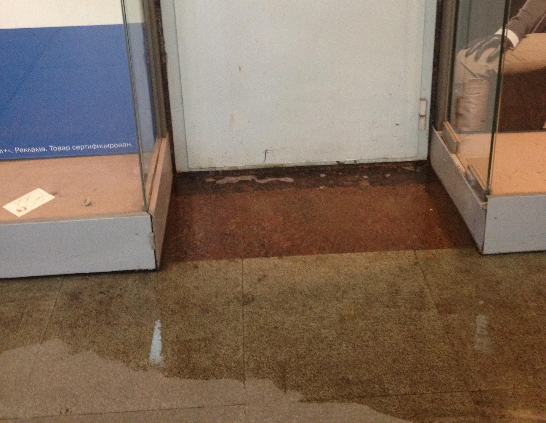 Переход на Вайнера — Радищева затопило теплой водой