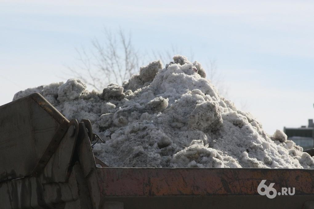 Мэрия обещает следить за уборкой снега в Екатеринбурге все выходные