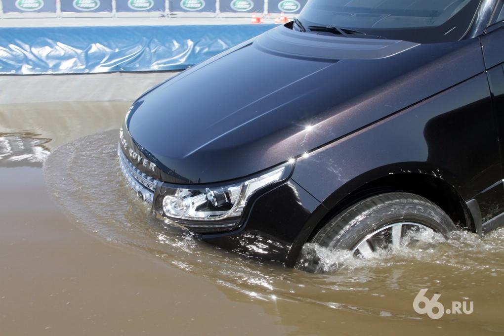 В омут с головой: макаем новый Range Rover в воду и висим по диагонали