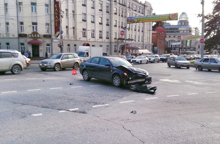 Улица Малышева снова стоит в пробке из-за ДТП