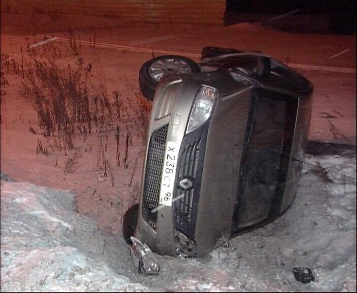 На Кольцовском тракте легковушку занесло и выбросило в кювет