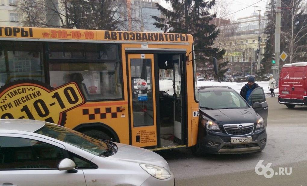 Возле Центральной гостиницы автобус протаранил кроссовер