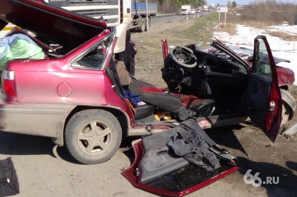 На Тюменском тракте фура раздавила легковушку, водитель умер в больнице