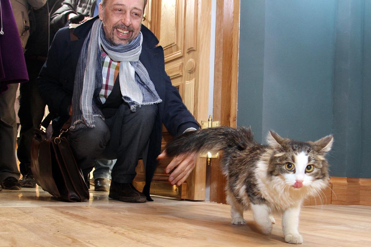 Николай Коляда запустил кошку Машу через порог нового театра на Ленина
