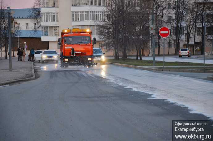 К праздникам центральные улицы Екатеринбурга отмыли с шампунем