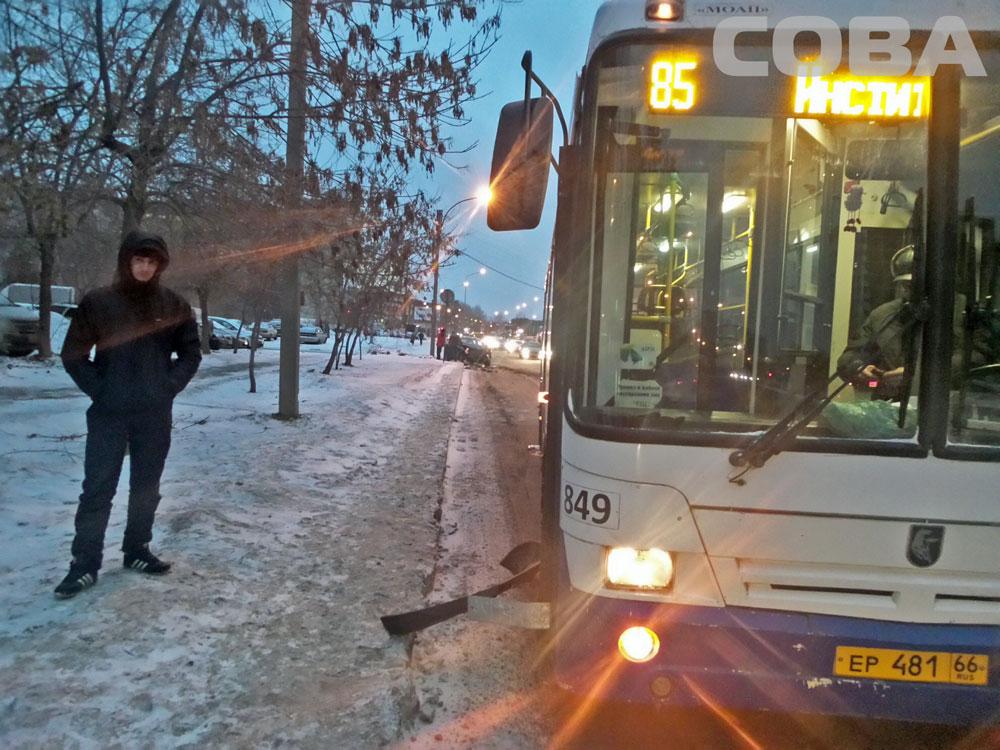 На Репина иномарка въехала в пассажирский автобус