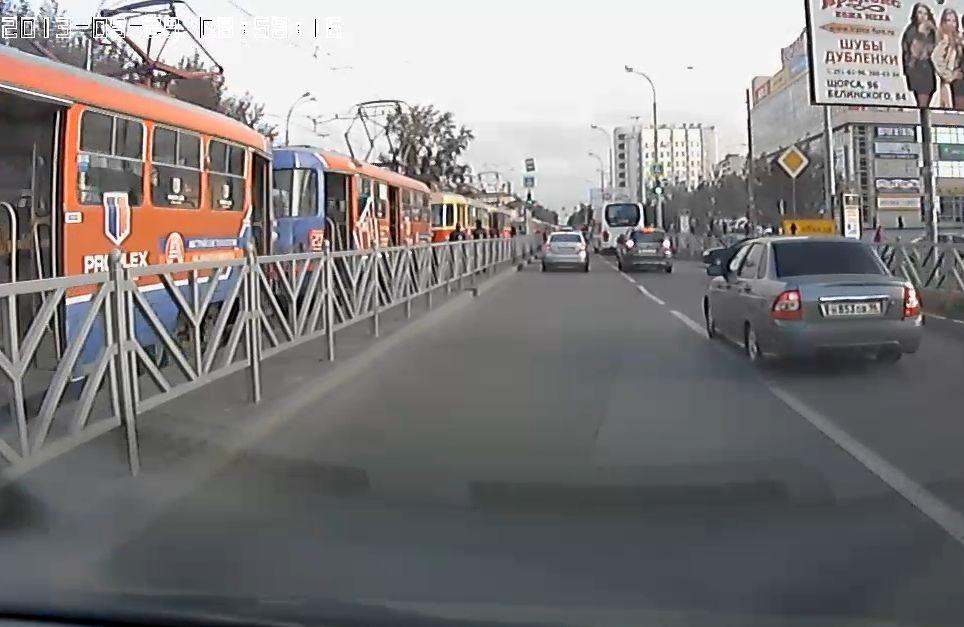 Трамвайное движение на 8 Марта парализовано из-за ДТП