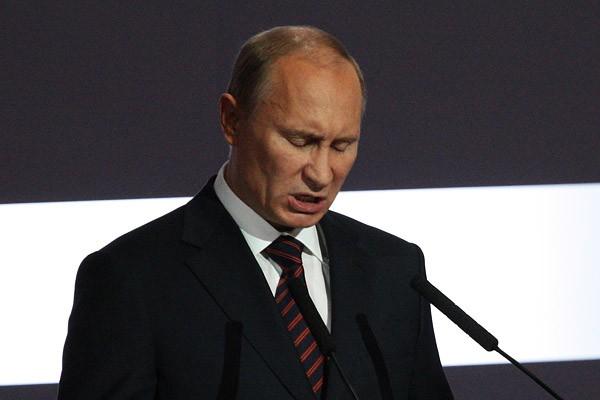 Путин запретил курить на остановках и в кафе