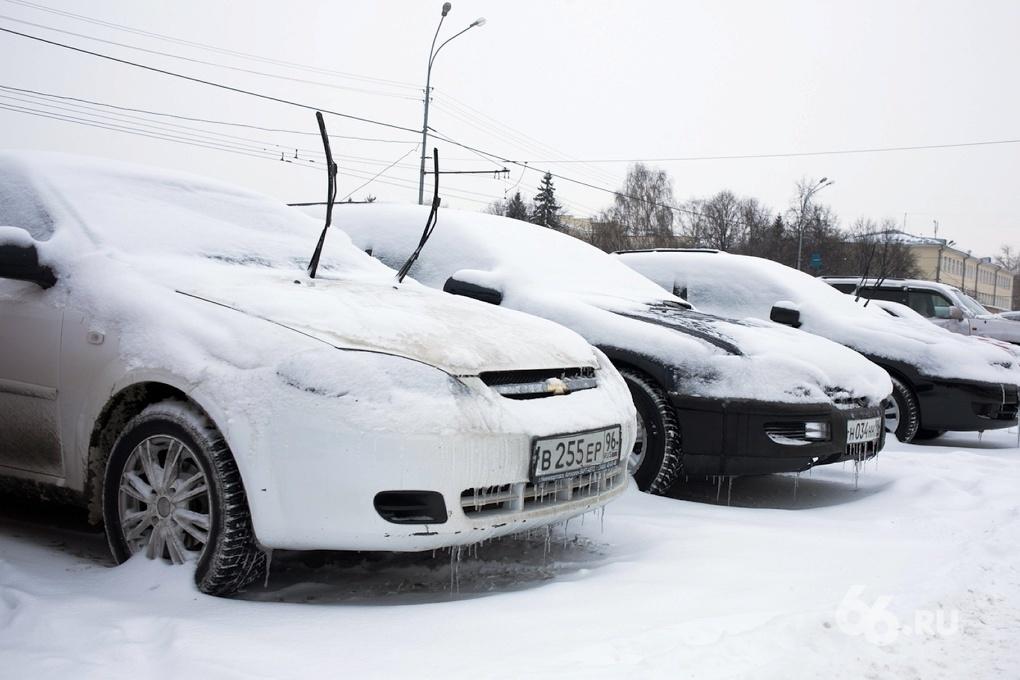 Дороги в Екатеринбурге занесло снегом: автомобилисты пересаживаются на общественный транспорт