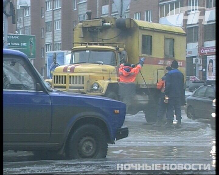 Из-за прорыва магистрали затопило перекресток Сурикова — Большакова