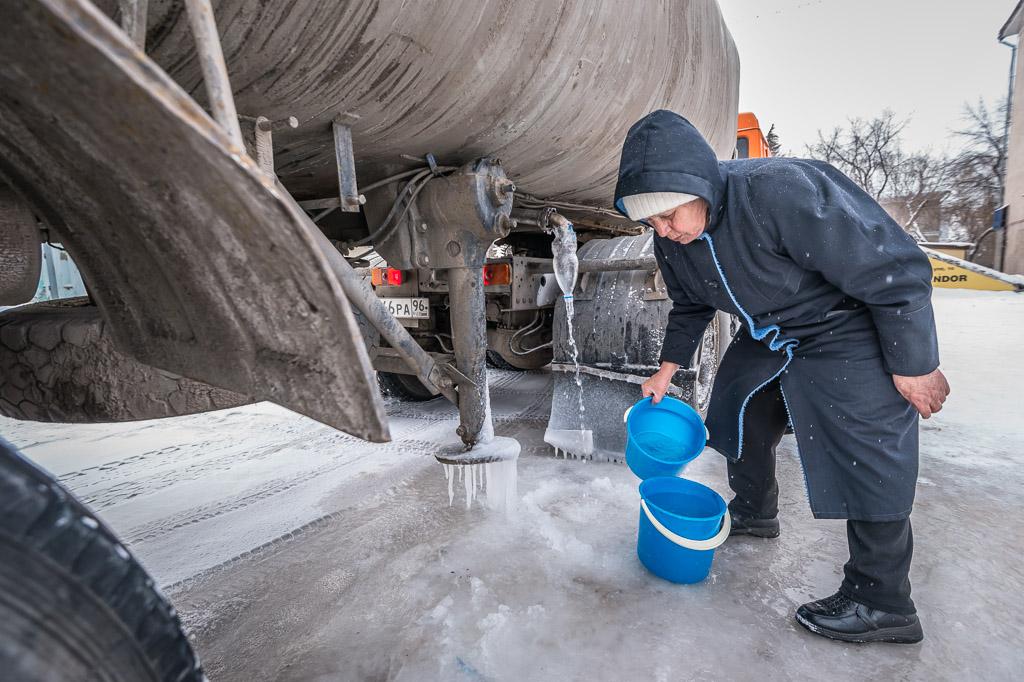 Последствия «зимы» в октябре: на Малышева — Гагарина прорвало трубопровод