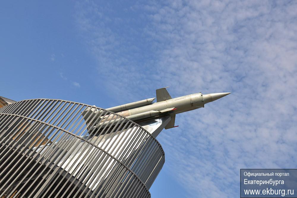 Сквер с зенитной ракетой торжественно открыли на Уралмаше