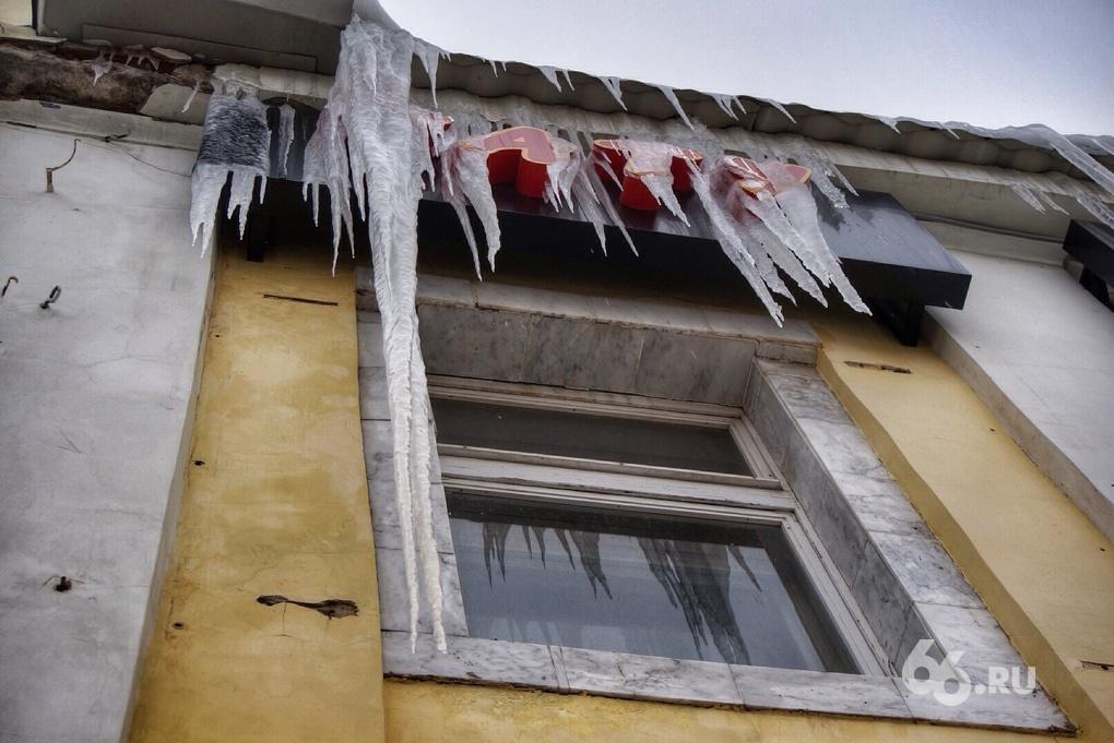 На улице Вайнера коммунальщики скидывают снег с крыш прямо на головы прохожих