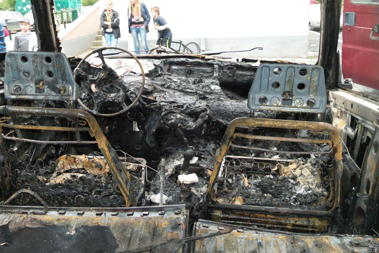 Во дворе на ВИЗе сгорели 4 автомобиля. В поджоге подозревают ребенка