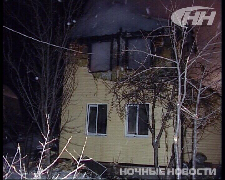 Пожарные несколько часов тушили коттедж в саду под Екатеринбургом