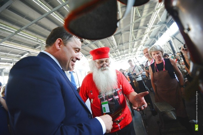На Иннопроме-2012 губернатору Куйвашеву подарили «1 куй»