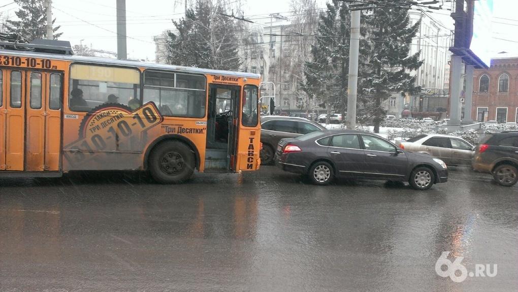 Берегите зад: в центре Екатеринбурга троллейбус врезался в иномарку