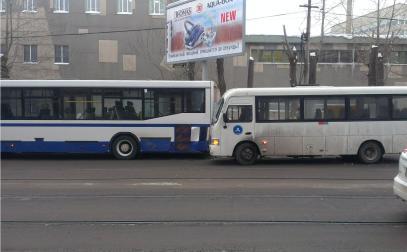 В столкновении автобуса и маршрутки на Гагарина пострадали две женщины
