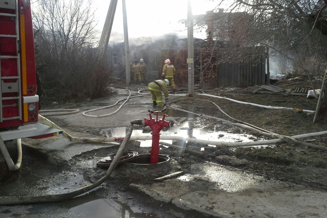 На окраине Екатеринбурга сгорел частный жилой дом