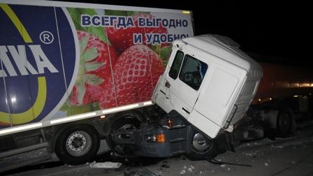 Под Каменском-Уральским бензовоз врезался в прицеп «Монетки»