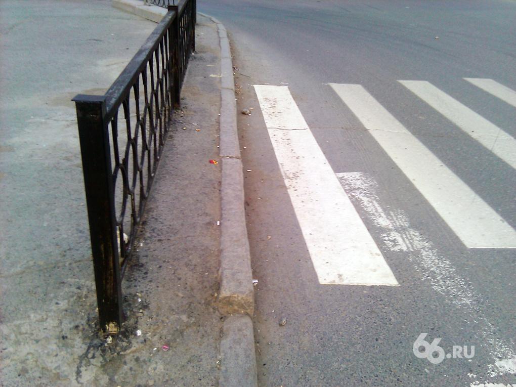 Дорожники предлагают пешеходам идти в забор