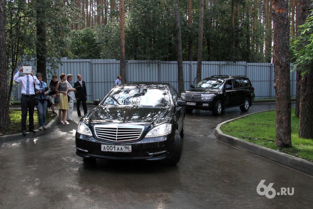 Единоросс хочет запретить чиновникам ездить на машинах дороже 1 млн рублей