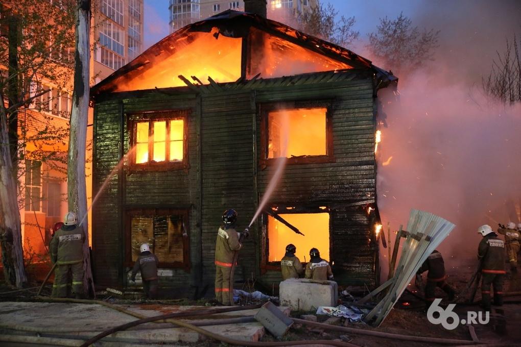 У ТЦ «Мегаполис» снова выгорел расселенный барак