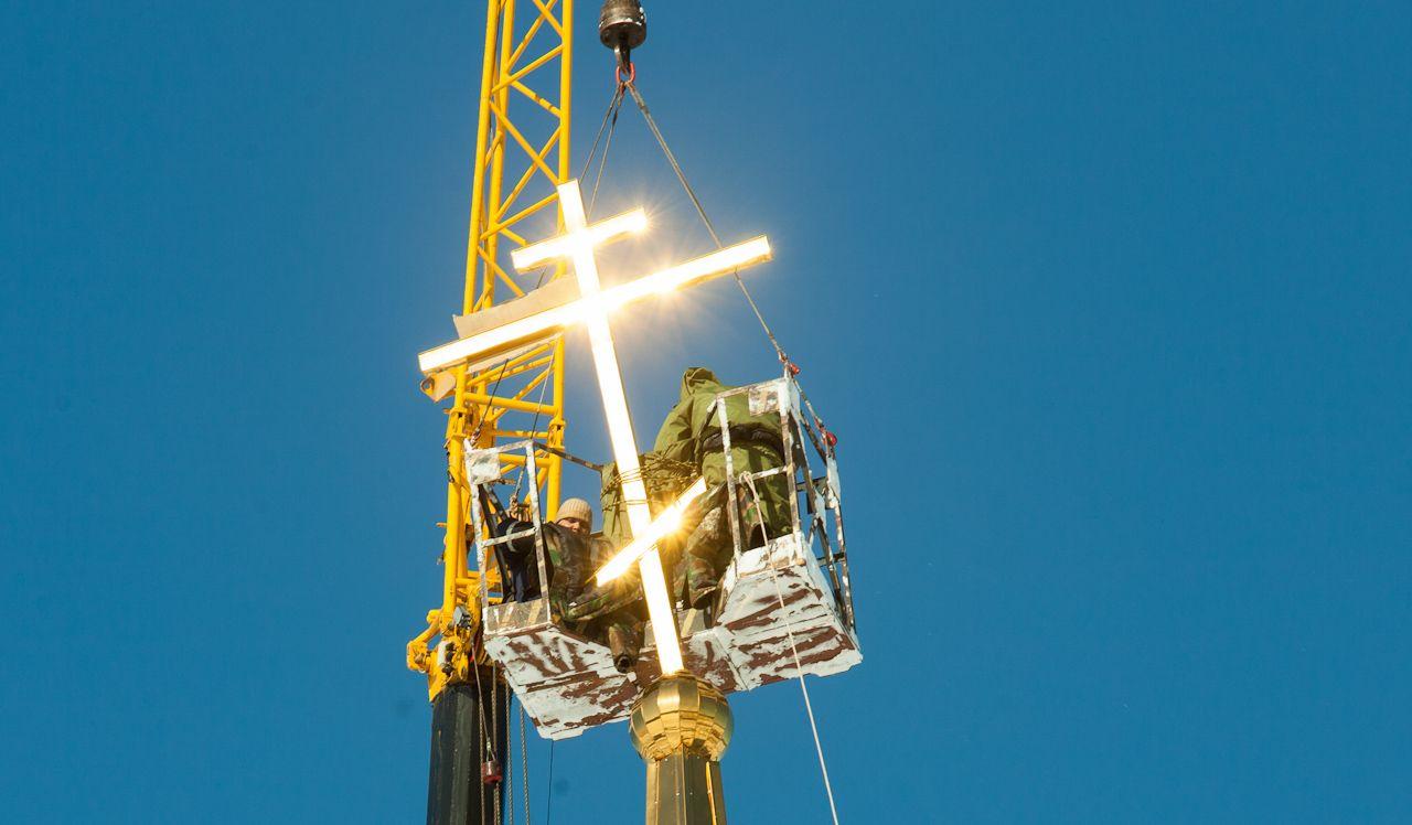 Фоторепортаж 66.ru: как поставить шпиль и крест на 20-метровую колокольню