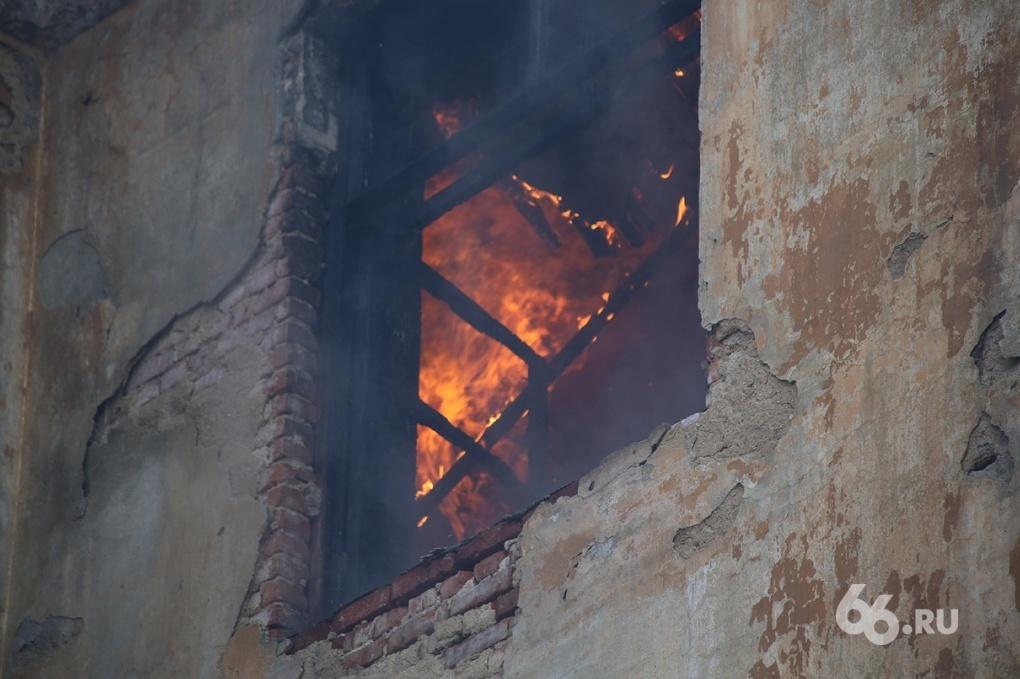 Под Невьянском в пожаре погибли пенсионерка и мальчик
