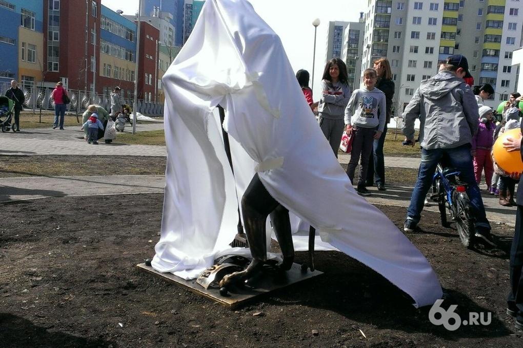 В Академическом поставили памятник собаке, убирающей за собой