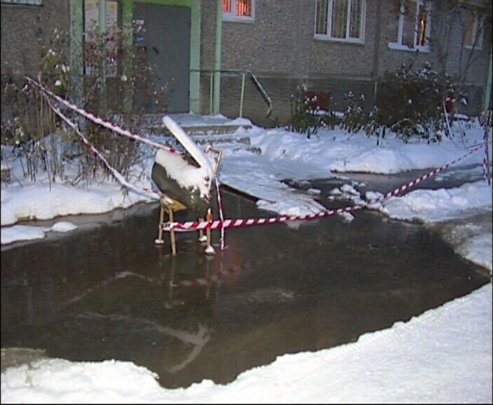 У «Водоканала» нет техники: во дворе на Громова из-под земли бьет фонтан