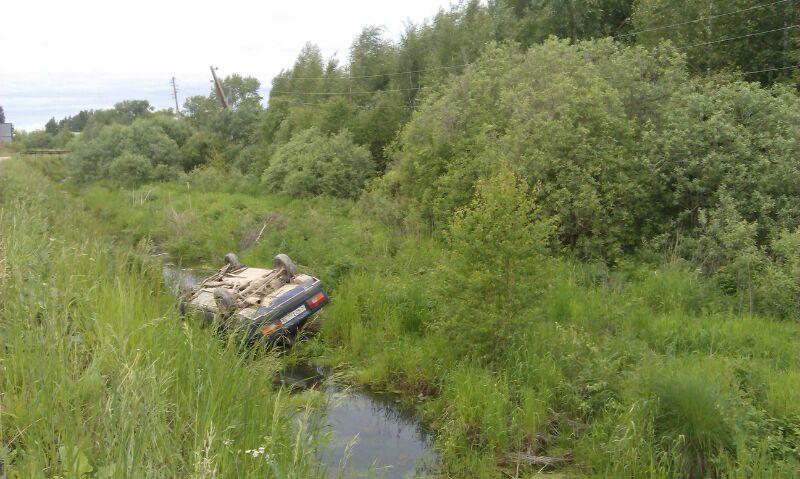 Под Серовом пьяный водитель опрокинул автомобиль в канаву с водой