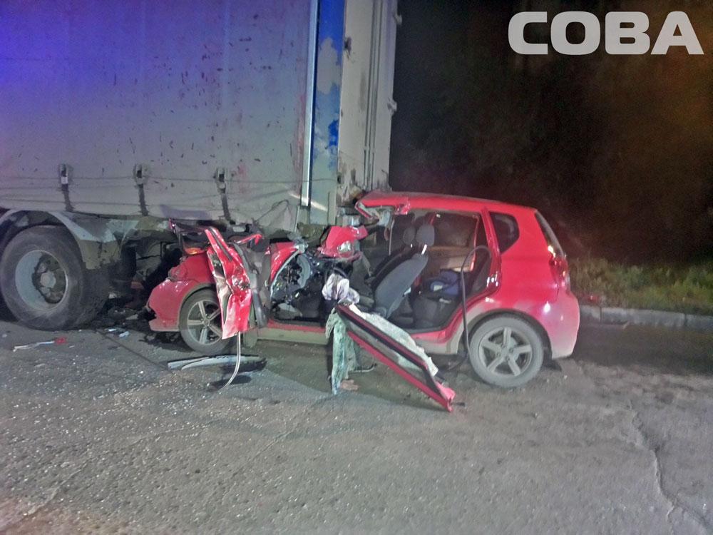 На Черняховского Chevrolet Spark влетел под полуприцеп МАЗа
