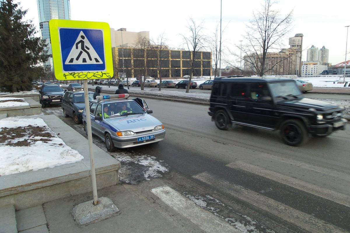 Около здания областного правительства сбили пешехода