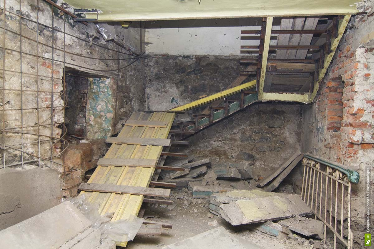 На стройке в Екатеринбурге двое рабочих сорвались с высоты