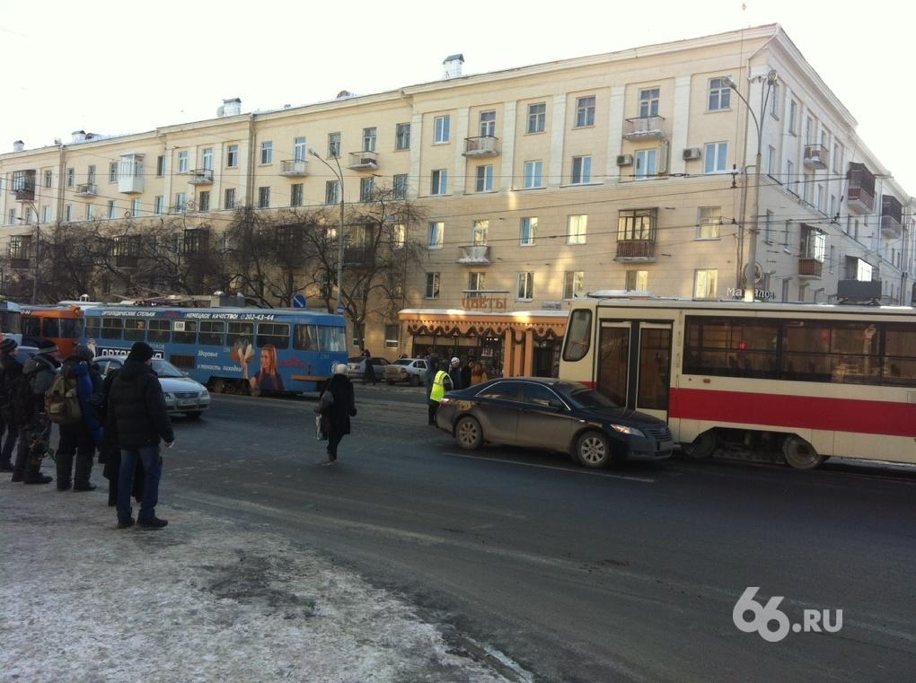 На Гагарина трамвай зацепил иномарку