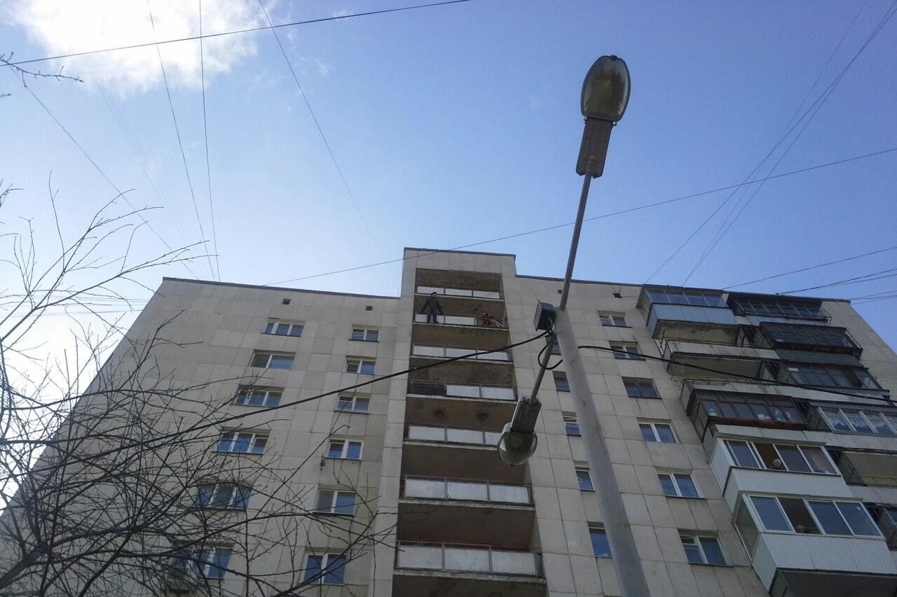 На Московской мужчина пытается сброситься с 12-го этажа