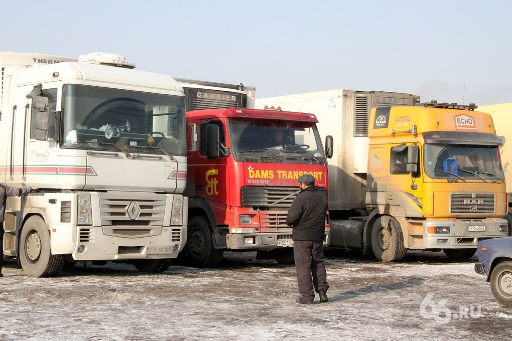Дорога сузилась, видимость плохая: на Серовском тракте почти неделю стоят грузовики